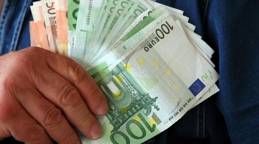 Consumidor Con Billetes En La Mano