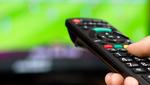 Un Consumidor Manejando Un Mando De Televisión