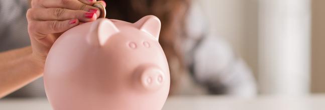 Una Mujer Mete Sus Ahorros En Una Hucha