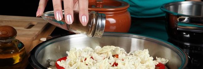 Una Mujer Cocinando Con Una Sartén