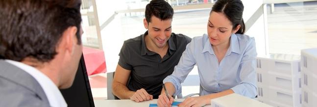 pareja firmando una hipoteca