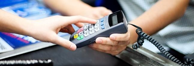 Un Consumidor Paga Con Tarjeta