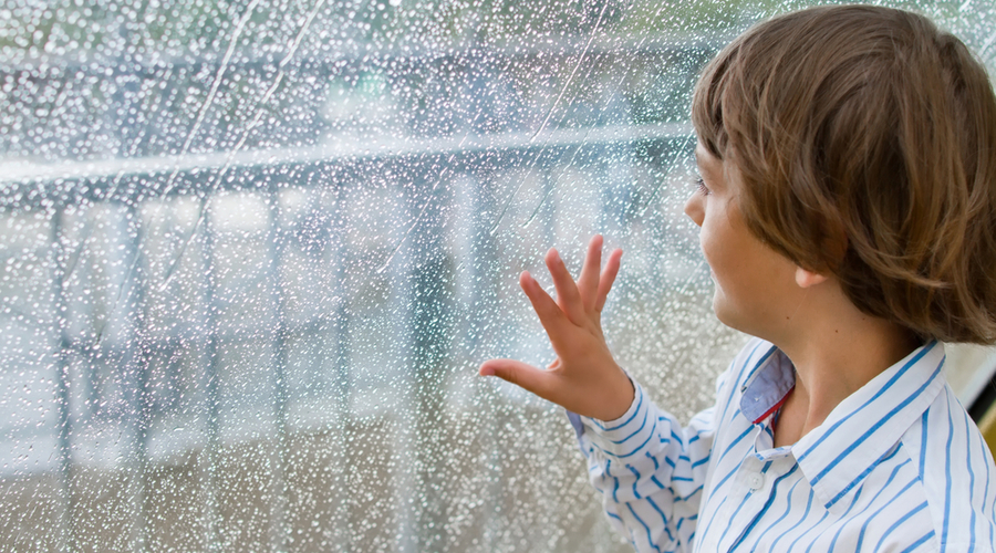 Niño En Casa En Dia De Lluvia