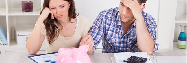 Dos Consumidores Echando Cuentas