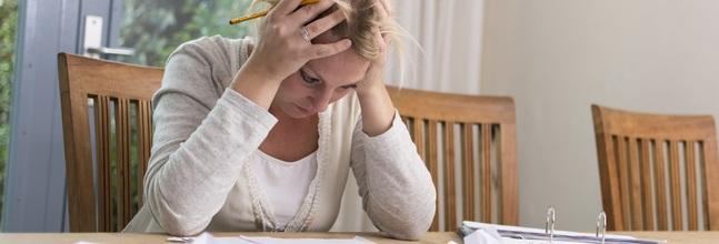 Una Consumidora Prepara Su Declaración De La Renta
