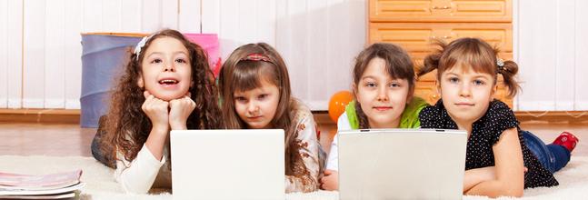 niñas tumbadas con ordenadores