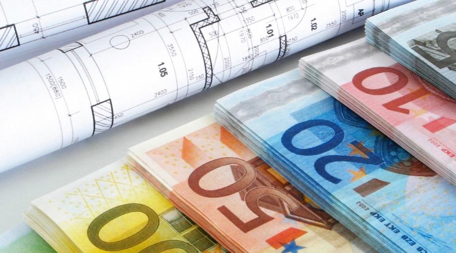 Dinero Y Planos De Una Vivienda
