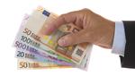 billetes de 50,100,500 euros en mano de hombre trajeada