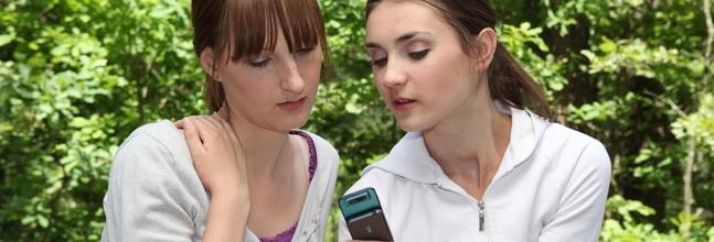 Dos Consumidoras Utilizan Un Smartphone Small