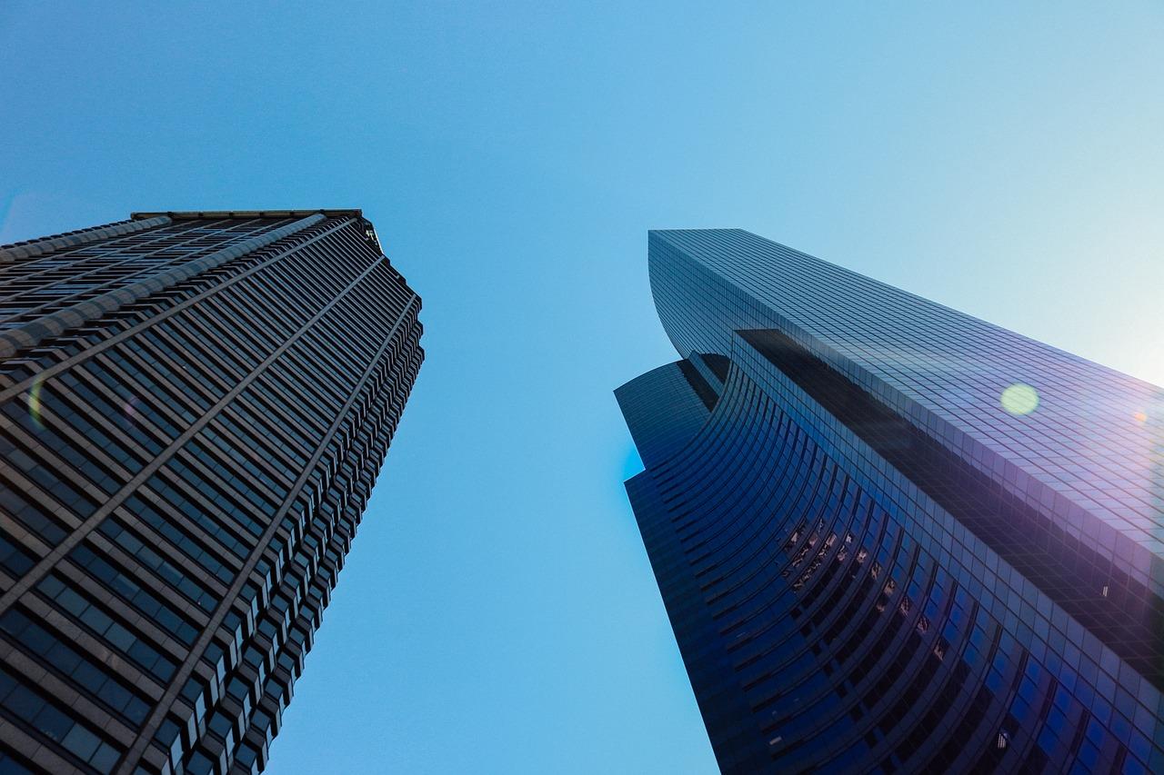 Explicación de la importancia de ahorrar energía en empresas