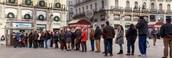 Gente comprando loteria de Navidad