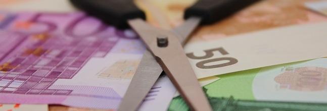 billetes y tijeras