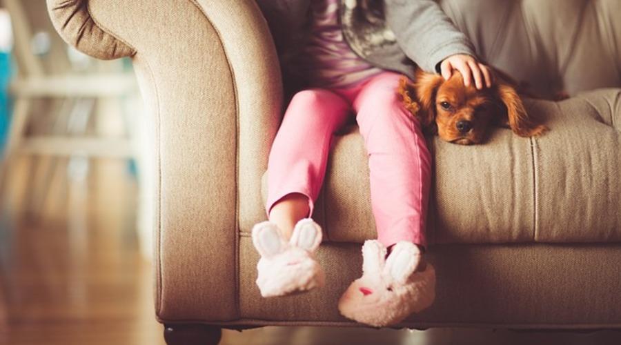 niña en su hogar