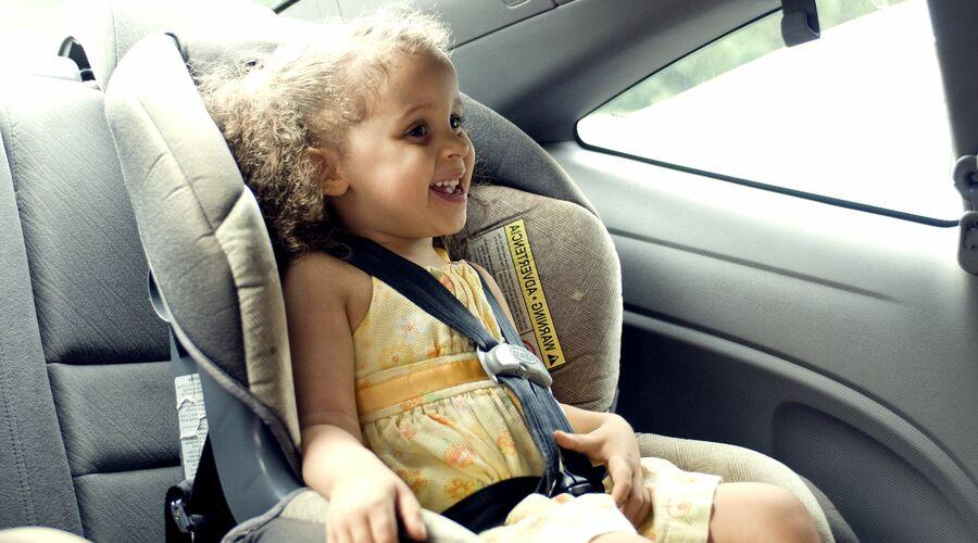niño viajando en coche