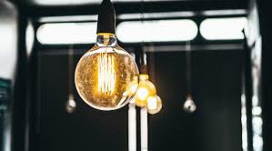 Una bombilla led ilumina junta a otras una sala