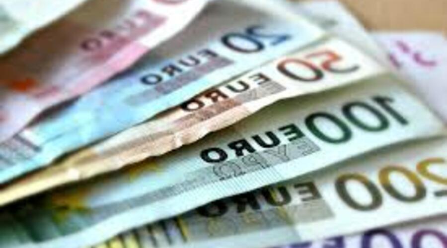 Varios billetes se abren en forma de abanico