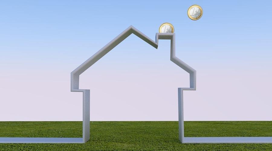 Una casa en 3D de la que salen por la chimenea un par de monedas de un euro