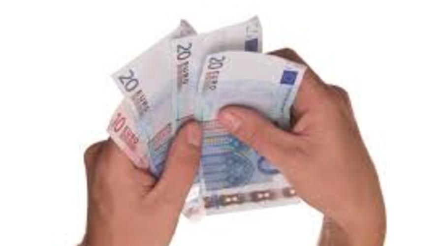 Dos manos sujetan varios billetes
