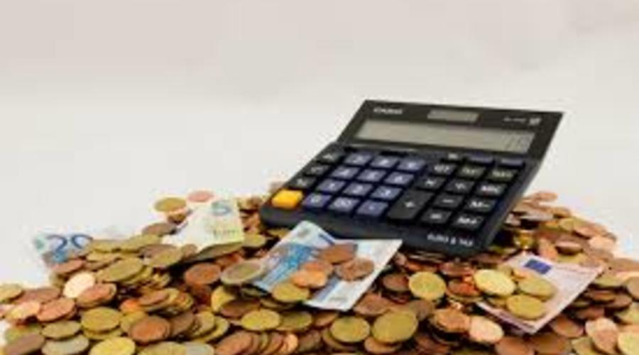 Una calculadora aparece sobre dinero en efectivo