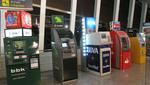 Varios cajeros automáticos, entre los que se encuentra uno de EURO 6000, están en fila