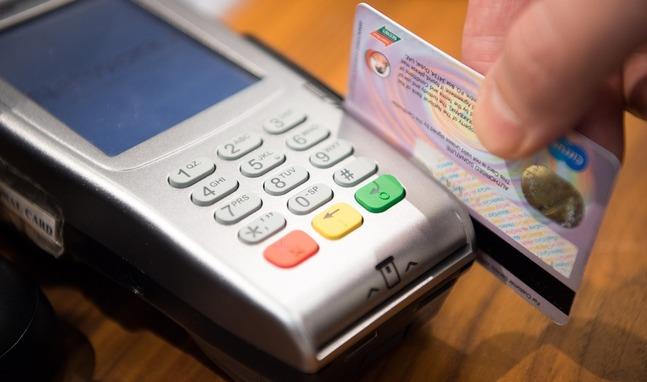 Una tarjeta de crédito está pasando por un datáfono