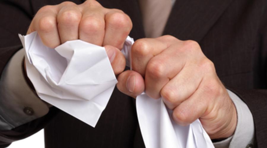 Un hombre rompe un contrato de telefonía móvil