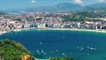 La playa de la concha de San Sebastián, con varios barcos en el mar