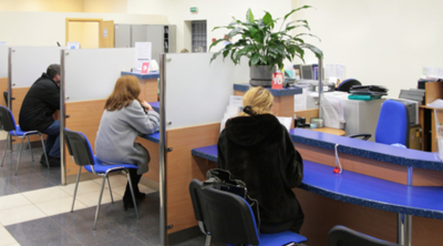 Tres personas se encuentran en la sucursal de un banco