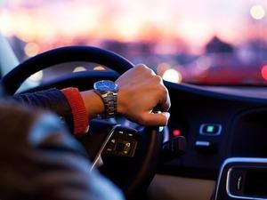 Un hombre conduce su coche