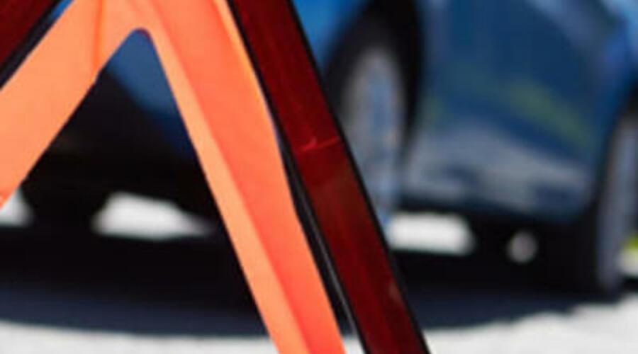Un triángulo de señal de tráfico indica un accidente