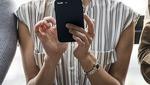 Una chica con su teléfono móvil