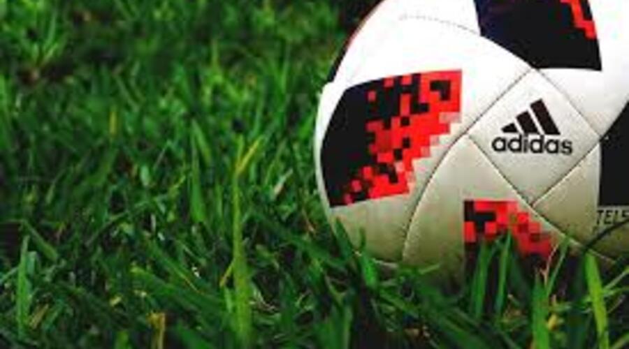 Un balón de fútbol en el césped