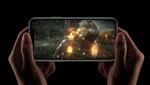Una persona sujeta con las dos manos un iPhone 11 en horizontal, mientras juega a un videojuego